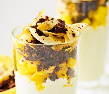 Mandelquarkcreme mit Mango und Pumpernickelkokos-Crunch