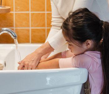 Kind beim Händewaschen