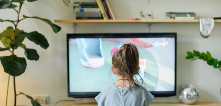 Mediennutzung: Kind vor Fernseher