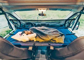 Camping mit Kindern: Einhängebett im Cockpit
