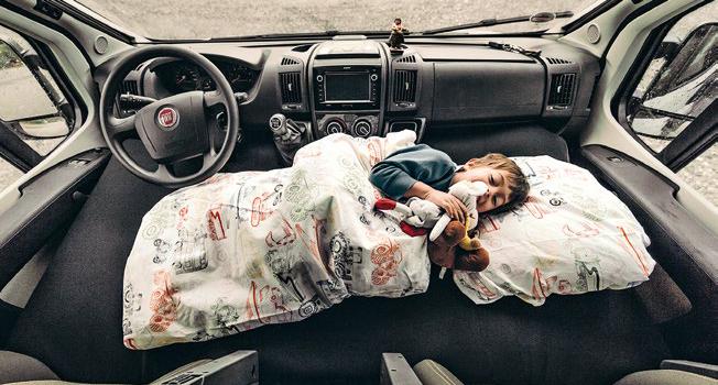 Camping mit Kindern: Schlafendes Kind Cockpit