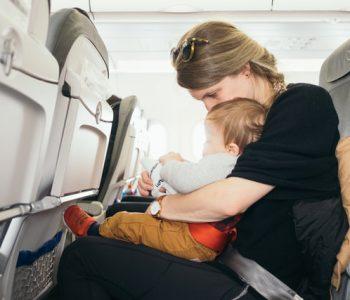 Fliegen mit Baby: Frau mit Kind