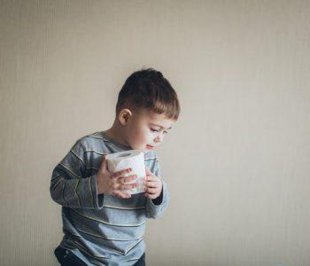 Töpfchentraining: Kind mit Toilettenpapier