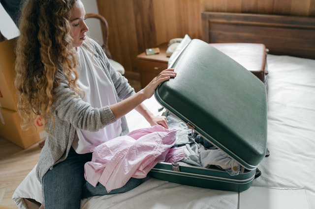 Fliegen mit Baby: Frau beim Packen