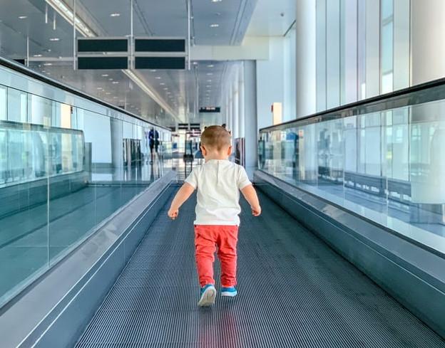 Fliegen mit Baby: Kind auf Rollband