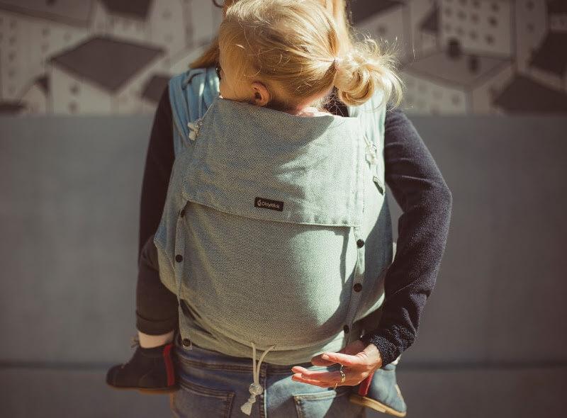 Babyartikel mieten: Kindertrage auf Rücken