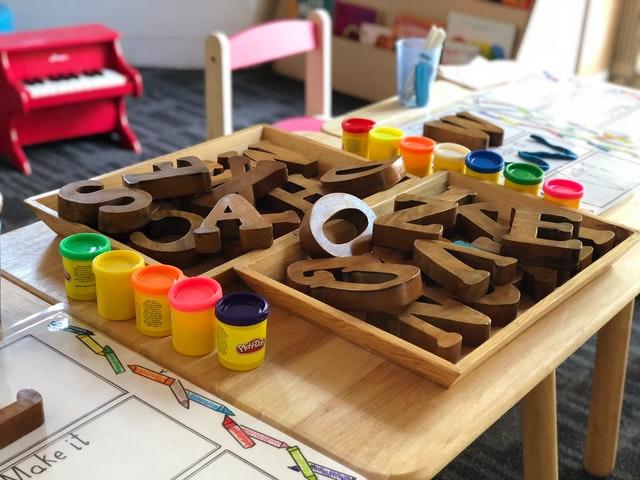 Kinderbetreuung: Spielsachen auf dem Tisch