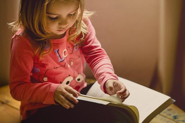 Eingewöhnung Kita: Kind schaut sich Buch an