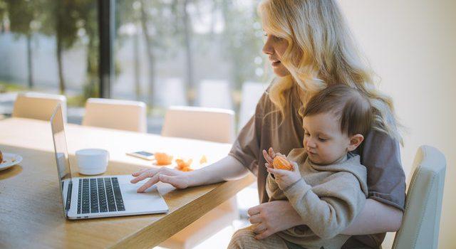 Arbeiten mit Kind: Frau mit Kind am Schreibtisch