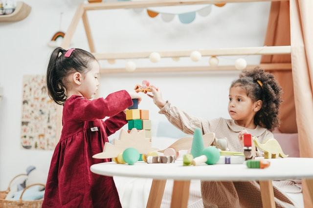 Kinderbetreuung: zwei Kinder spielen