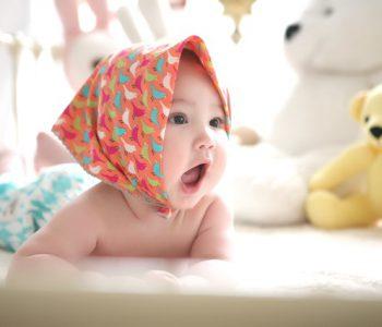 Babyartikel mieten: Baby auf Bett