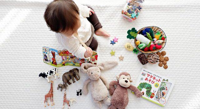 Eingewöhnung KiTa: Kind spielt am Boden