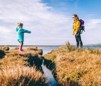 Urlaub mit Kindern in Deutschland: Mutter und Kind am Meer