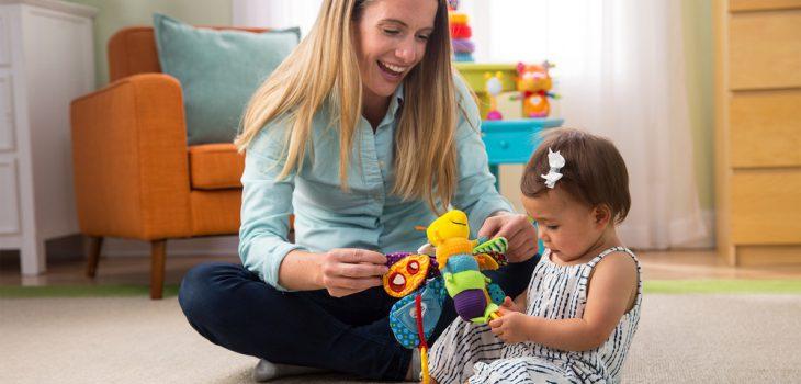 Babyspielzeug: Mutter spielt mit Baby