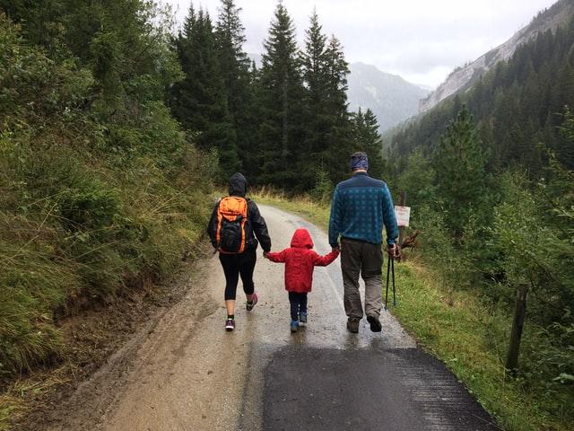 Wandern mit Kindern: Familie auf Wanderweg