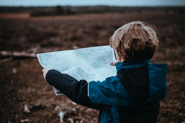 Wandern mit Kindern: Junge schaut auf Karte