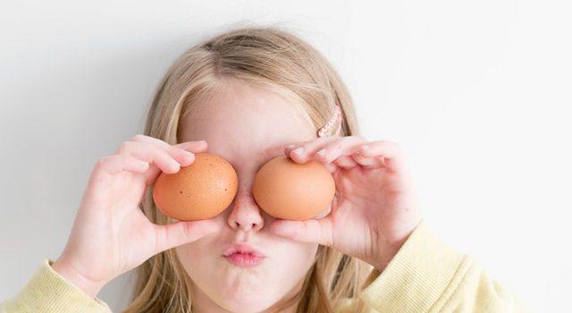 Kinder vegetarisch ernähren: Mädchen mit Eiern vor den Augen