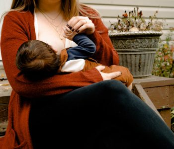 Muttermilch: Mutter stillt Baby