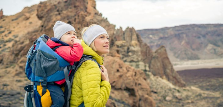 Wandern mit Kindern: Frau mit Kind in Kraxe