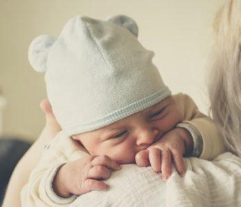 Was tun gegen Babyblues: Frau mit Sägling auf Schulter